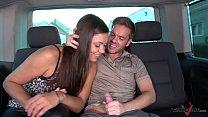 Femeia se fute in masina cu un barbat necunoscut