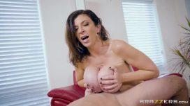 Femeia milf freaca penisul cu tatele mari