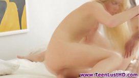 Doi tineri si-o dau placut in patul parintilor