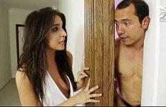 Bruneta Sexy îi Numește Bărbatul Din Camera Ei Un Bărbat Pe Care îl Iubește