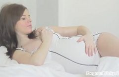 Pizda Insarcinata Care Se Masturbeaza In Pat