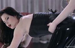 Lesbiene In Latex Ofera Un Show Erotic Pe Cinste
